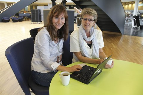 STOR SKRIVEGLEDE: Aldri har så mange skrevet bidrag til bibliotekets konkurranse «Skriveglede». Det gleder biblioteksjef Stine Råden og Kristin Haugen fra gruppa Skriveglede 1212.