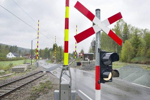 STENGES: I helga stenges jernbaneovergangen på Gjermshus. Omkjøring blir skiltet. Det skal legges nye skinner og sviller ved overgangen.
