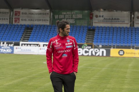 LYKKEBANE: Adem Güven (33) scorer alltid på Sandnes idrettspark. Her sjekker han grasmatta før kampstart.