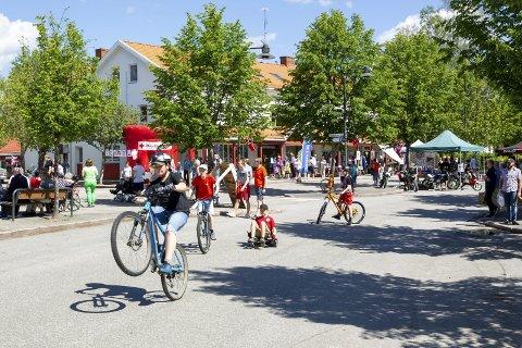 Liv i gatene: Omtrent hele Eidskog og litt til var på beina lørdag da Eidskogdagen ble arrangert både på Skotterud og Magnor. Bilder: Kjell R: Hermansen