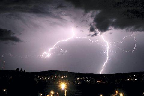 Lynet slår ned flest ganger i Hedmark og Akershus. Dette bildet er tatt under et tordenvær på Kongsvinger.