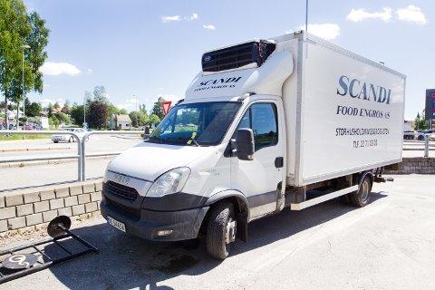 BOT: Varebilen tilhører Scandifood Engros i Oslo, og fikk motorproblemer. Bilen med parkeringsbot ble hentet av eieren i går, tirsdag.