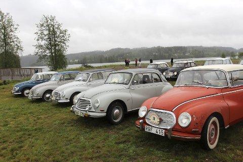 FEM I REKKE: På rekke og rad sto gamle DKW-biler parkert i Brustadvika.
