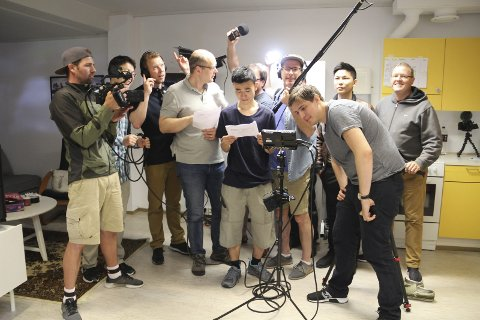 INTERNASJONAL FILMCAMP:  De har alle fulgt Anders Øvergaard - alias Andyax - på youtube. Denne uka har  filminteresserte fra hele verden møttes til filmcamp på Solbakken, med Øvergaard som kursleder.
