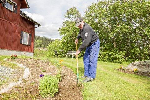 Nok å gjøre: Jeg har gård og grunn og nok å gjøre, og det hjelper meg til å tenke på andre ting, forteller Arne Finsrud. Bilder: Kjell R. Hermansen
