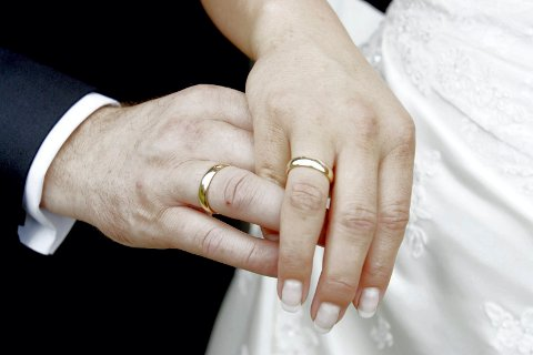 VELGER BORGERLIG: «Dere har kommet hit i dag for å bli viet til ektepar...» Slik lyder det borgerlige vigselsformularet. Stadig flere par velger borgerlig og vies ordføreren i hjemkommunen. Det følger også trenden nasjonalt, flere ble viet borgerlig enn kirkelig i 2018.
