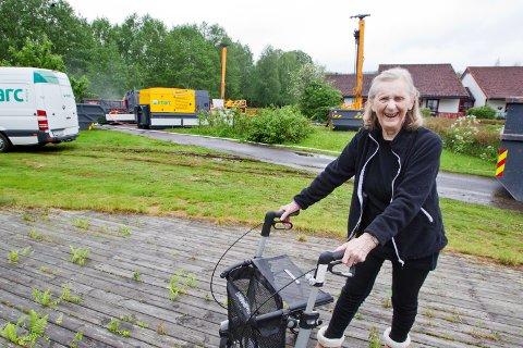 BOREMASKINER: 92 år gamle Astrid Seigerud synes ikke at de store boremaskinene plager henne.