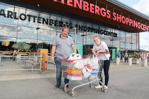HARRYHANDEL: Far og datter Jan Gunnar Olsen og Laila Elin Farrelly bor i Bergen, men med ferietur til Sverige, passet de på å handle mat og drikke på Thon-senteret. Foto: Kari Gjerstadberget