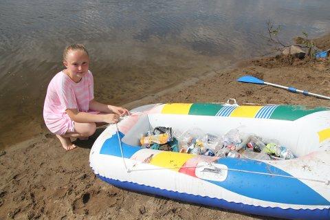 IKKE FORNØYD: Juni Bjerke på 11 år fylte opp alt søppelet hun fant opp i gummibåten sin.