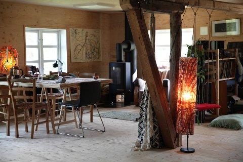 HØNSELOFT: Dette rommet var tidligere hønseloftet på småbruket. Her foregår sysler som tegning og skriving av tekster og søknader.