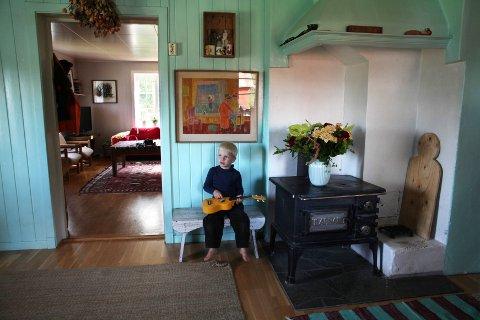 UKULELE: Matti-Bjørn (4) er 6. generasjon på plassen. Her spiller han på en ukulele han fikk av besteforeldrene til jul.