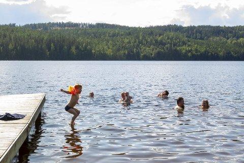 GRØNT LYS: Revlemoen ved Søndre Billingen er en av badeplassene som har god vannkvalitet. Her ble badetemperaturen målt til 21 grader én armlengde nede i vannet.