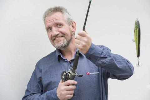 FISKETUR: Sten Gjermund Fjeldskogen fisker gjerne, men han vil ikke ha ulv i norske skoger. FOTO: Jens Haugen