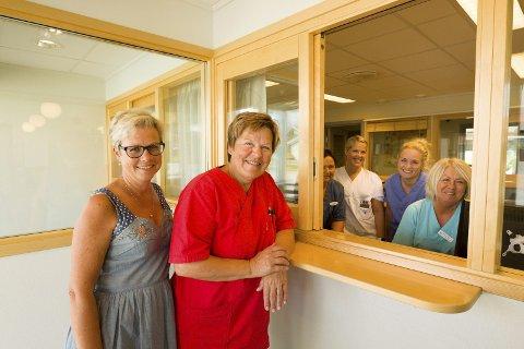 Større plass: Evy Anne Heggen (t.v.), og hjelpepleier Marianne Glomsås samt resten av de ansatte gleder seg til å få større plass etter ombyggingen. Foto: Kjell R. Hermansen