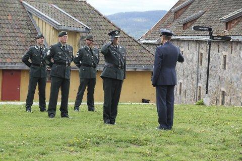HØYTIDELIG: Det var det på festningen da oberstløytnant Arnstein Hestnes (midt på bildet) overtok som kommandant.