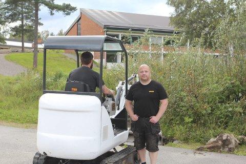 I FULL SVING: Jørgen Øyen og Mikael Sanderud i gravemaskinen jobbet tirsdag med å få opp betongfundamentene til målet. BILDER: ARNFINN STORSVEEN
