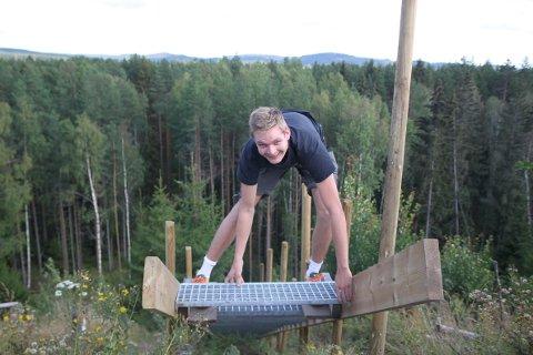 Nå er trappa stengt, og det er stien ned til Myrmoen som gjelder. På bildet er frisbeeklubbens leder, Sondre Skulstad.