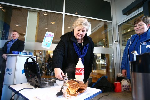 Statsminister Erna Solberg (H) er glad i vafler. Her på Jessheim storsenter i forbindelse med Høyres landsmøte.