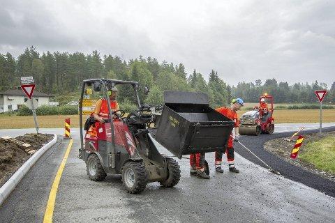 FERDIG: Arbeidene med blant annet utvidelser av veikryss er ferdig, men Statens vegvesen mangler nødvendig dokumentasjon. Derfor må Eidskog Stangeskovene AS vente nok et halvår før modulvogntog kan ta seg av transporten.