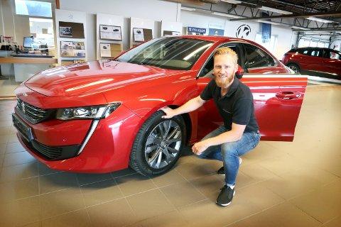FORNØYD: Kongsvinger Bilsenter vokser jevnt og trutt og har stabilisert seg på godt over 100 millioner i årlig omsetning. Daglig leder Lars Erik Fremming - her ved en kostbar utgave av en Peugeot - er strålende fornøyd.