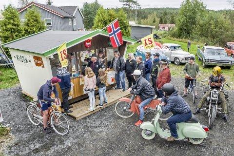 KØ: Selv om Hemstadkiosken i Knapper ikke er drift, er det et populært treffsted for dem som er opptatt av gamle kjøretøy og nostalgi.