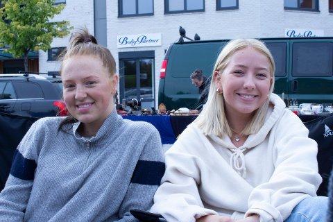 EGEN BOD: Thea (17) og Victoria (17) solgte diverse klær og Tupperware under årets Kremmer torg.