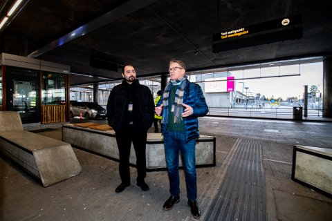 FRUSTRENDE: Daglig leder Geir Netlandet (t.h.) og nestleder Benjamin Mohammad Yusuf i Taxi Depot AS synes problemene ved taxiholdeplassen på Oslo Lufthavn er frustrerende.