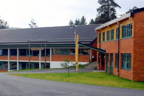 HÆRVERK: Søndag morgen fikk politiet melding om ei knust rute i Vennersberg skole.