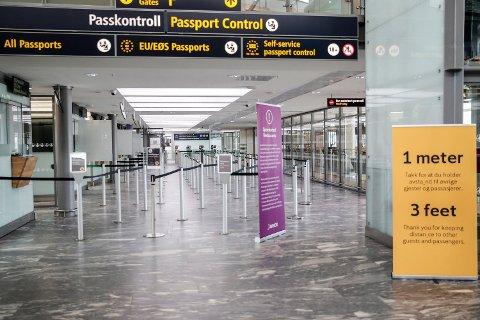 EUs ministerråd vedtar trolig å samordne reiserestriksjonene i alle EU- og EØS-land. Illustrasjonsfoto: Pass-kontrollen på Oslo lufthavn. Foto: Vidar Ruud (NTB scanpix)