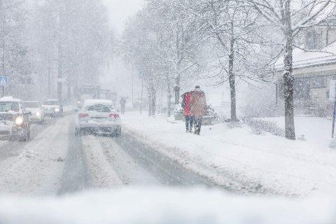 SNØ: Sannsynligheten er svært høy for at du våkner opp til snø tirsdag. Både meteorologen og Statens vegvesen ber deg nå om å forberede deg før du skal ut i trafikken. Arkivfoto: Tom Gustavsen