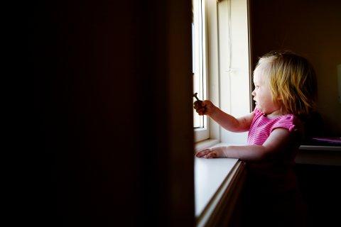 FÆRRE GÅR TIL POLITIET: Færre anmelder nå familievold til politiet i Innlandet fylke. Det skjer samtidig som nordmenn opplever at smittepresset øker, smitteverntiltakene blir strengere og stadig flere voksne flytter på hjemmekontor.