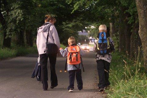 FØRSTEKLASSING: Helt siden 1997 har fylkets førsteklassinger fått oransje sekker ved skolestart. Slik har barna vært lett synlige i trafikken. Nå er det slutt på denne «tradisjonen», ifølge Innlandet fylkeskommune.