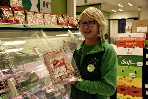 HAR RIBBE TIL SALGS: På Kiwi i Storgata selges det både fersk og frossen ribbe. Nina Gutubakken forteller at hun ikke har møtt på noen som har hamstret ribbe i butikken.