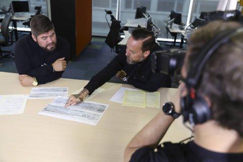 Slektsforsker Kai-Samuel Vigardt (til v.), NRK-programleder Tarjei Strøm og fotograf Ronald Hole Fossåskaret i arbeid med den nye TV-serien. Her får du lære mye om de enorme søkemulighetene som finnes i arkiver og databaser.