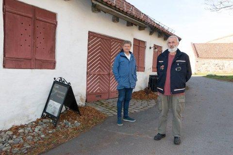 """KAN REDDES LIKEVEL: Primus motor Svein Arne Tvedt (foran) og Uno Arnesen i """"Byen Vår"""" foran laboratoriet på Kongsvinger festning, der fengselsmuseet har holdt til i snart ti år. Det unike museet er truet av nedleggelse, men nå vil kommunen bidra med å betale husleie det kommende året i et forsøk på å redde den lokale attraksjonen."""
