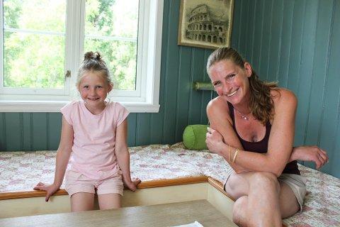 Veslemøy Tveter Alm leier ut Ingelsrud Gård på Airbnb. Her sammen med datteren Åse.