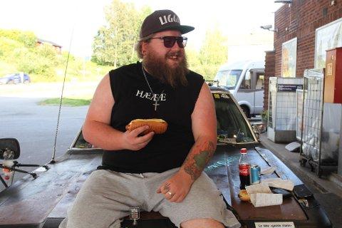 GOD KUNDE: Torodd Overåsberget liker bensinstasjonsmat. Nå har han testet burgere for TV2.