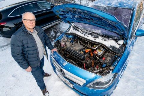 FEIL PÅ FEIL: Siden 2015 har, Henrik Hansen, måttet bytte motorenhet på bilen sin, en Mercedes B250 Electric drive, hele tre ganger. Nå tør han ikke å selge bilen videre.