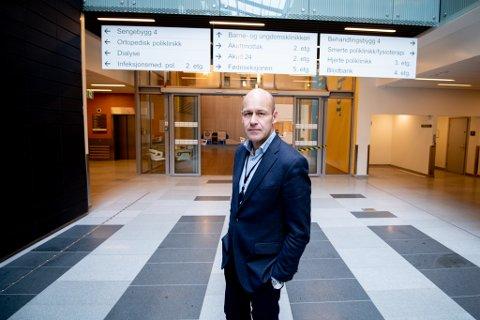 KREVENDE SITUASJON: Ahus-direktør Øystein Mæland sier fokuset nå er å ivareta pasienter og pårørende ved nyfødtintensiven på en best mulig måte, etter at en ansatt ved avdelingen testet positivt for koronaviruset søndag.
