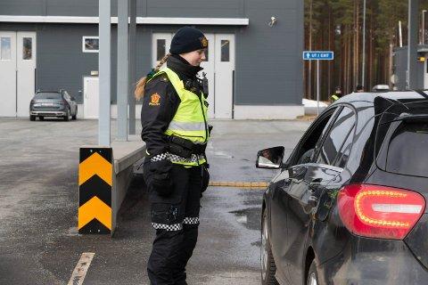 KARANTENEREGLER: Alle som ankommer Norge fra Sverige må nå i to ukers karantene. Politiet står på grensa og sjekker ID. Bilen på bildet er ikke en av dem som har prøvd å snike seg unna politiet.