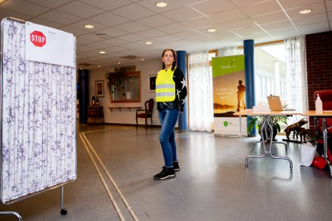 Vanligvis jobber Nina Sanddalen som daglig leder ved Nes svømmehall. Nå jobber hun og de andre ansatte i svømmehallen som vakter  ved sykehjemmet.