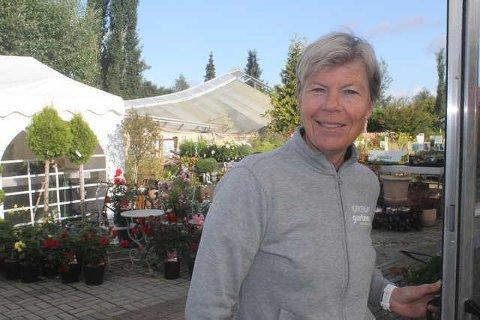HAGETID: Gartner Inger Frette foreslår hagearbeid eller å så grønnsaker med ungene for å få litt avveksling. Selv er hun klar med påskeliljer og vårblomster i hagesenteret på Kirkenær.