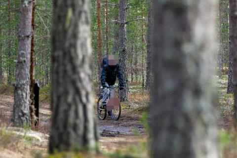 SYKLET OVER GRENSA: – Jeg må handle i Sverige for å klare meg, sier mannen som Glåmdalens frilanser møter på en av de gamle smuglerveiene like ved svenskegrensa torsdag formiddag..