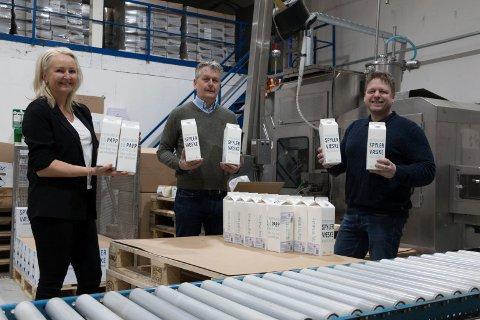 MILJØVENNLIG SUKSESS: Spylevæske i miljøvennlige pappkartonger er produktet Bernt Rognlien (til høyre) har stor tro på at skal bli en suksess. Maskinen bak ham ble tidligere benyttet til å tappe melk i kartonger. Kjersti Wangen og Stian Gulli  Hansen i Klosser Innovasjon har vært med og lagt til rette for delvis flytting av det Kløfta-baserte selskapet til Kongsvinger.