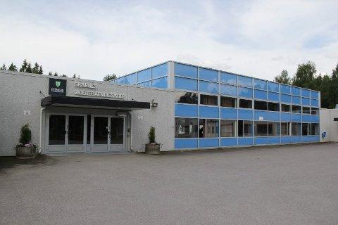 KORONASTENGT: Deler av Skarnes videregående skole ble stengt tirsdag.