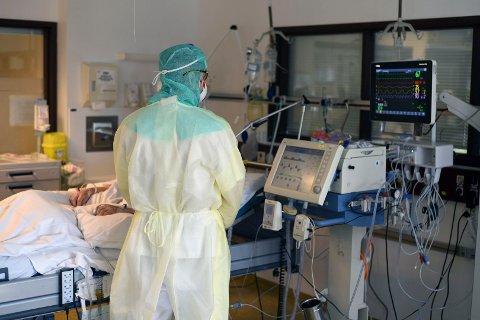 FRA INNSIDEN: Vestre Viken HF har selv tatt bilder fra innsiden av civid-posten på Bærum sykehus som viser personale iført smittevernutstyr  under behandling av koronasmittede pasienter.