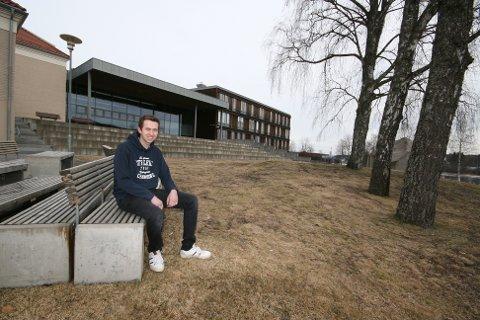 GAMLE TOMTER: -Her på Sentrum Videregående skole i Kongsvinger hadde vi to fine år med toppmotiverte og inspirerende lærere. De hjalp meg med å få lærlingplass hos Bertel O. Steen, og det er jeg takknemlig for, sier Andreas.
