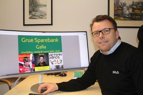 DELER UT PENGER: - Heldigvis kunne vi dele ut penger i år også, og mange lokale lag og foreninger har fått bidrag, sier markedssjef Erik Brinch Lund i Grue Sparebank.