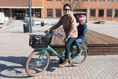 LEGGE TIL RETTE: Bysykkelordning, sykkelhotell på jernbanestasjonen og gjennomgående sykkeltraseer gjennom sentrum er blant forslagene Astrid Solberg Gundersen har flere tanker om hvordan flere skal velge sykkel foran bil. Med seg på bagasjebrettet har hun Emilie Synnøve Østby.