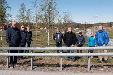 VIL FORLENGE: Fremskrittspartiet krever gjennom sine stortingsrepresentanter Tor André Johnsen (til høyre) og Bård Hoksrud (nummer fire fra høyre) at dagens prøveordning med halv takst og fritak for lokale beboere fortsetter - samt at bommen ved Fulu ikke flyttes til Øiset. Lokale partifeller (bak fra høyre) er Tone Gjertsen, Kjell Arne Hanssen og Arild Borglin Graven. Grendefolket er representert ved Frode Kristiansen (fra venstre), Knut Enger og  Hans Petter Aarstad.